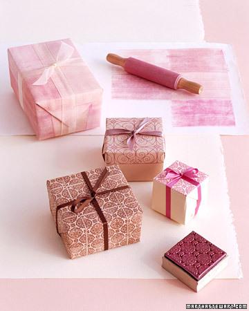 DIY Gift Wrap Using Square Rubber Stamp (via marthastewart)