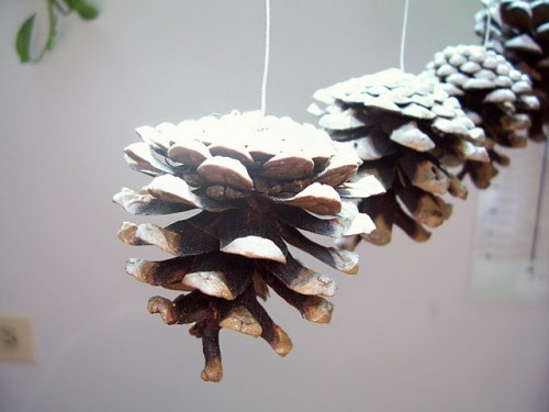 DIY Pine Cone Christmas Garland (via shelterness)
