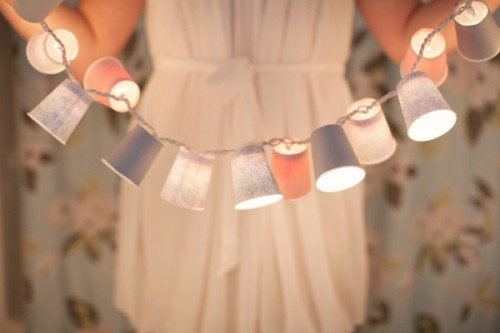 DIY Dixie Cup Holiday Garland (via heygorg)