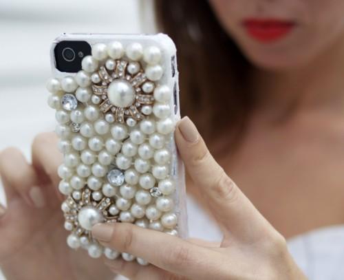 DIY Pearl iPhone Case (via sydnestyle)