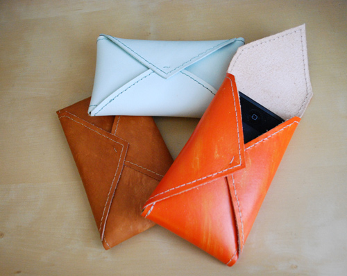 DIY Leather Envelope For An iPhone (via designsponge)