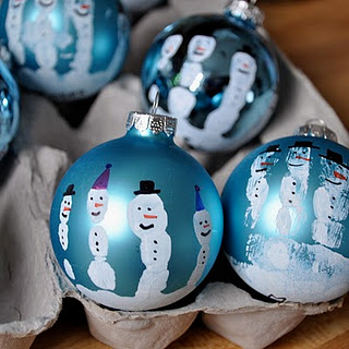 Handprint Snowman Ornament (via littlebitfunky)