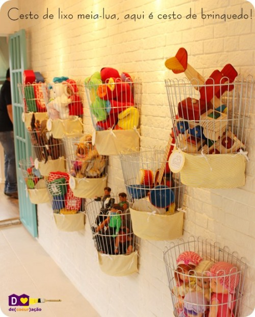 Even trashcans could be used as a practical DIY wall-mount toy storage solution (via dcoracao)