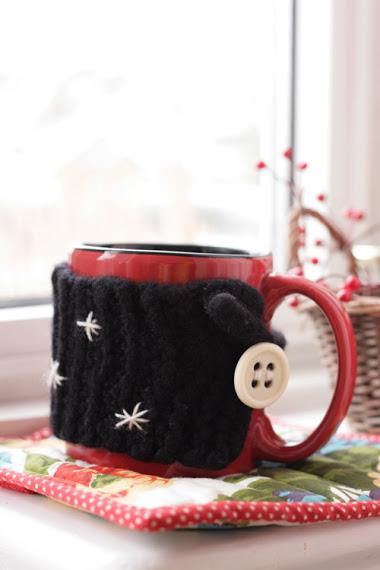 DIY Flexible Mug Cozy (via artsyants)