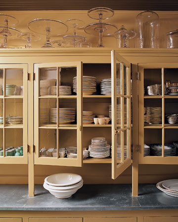 Vertical dishes storage (via marthastewart)