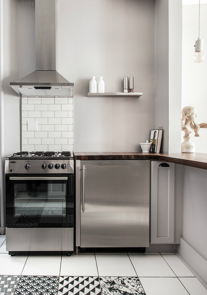 Stainless teel appliances works well with a light gray kitchen cabinets