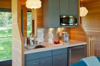 beautiful color combo for this small kitchen design