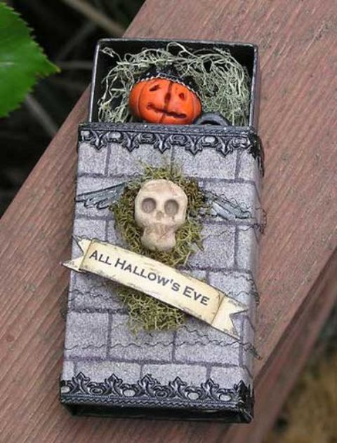 a box with moss and a skull, with hay and a pumpkin inside is a very cool and unusual Halloween party invitation