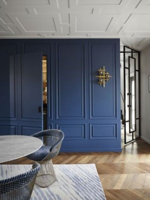 geometric molding on the ceiling plus navy molding on the wall that matches make up a chic space