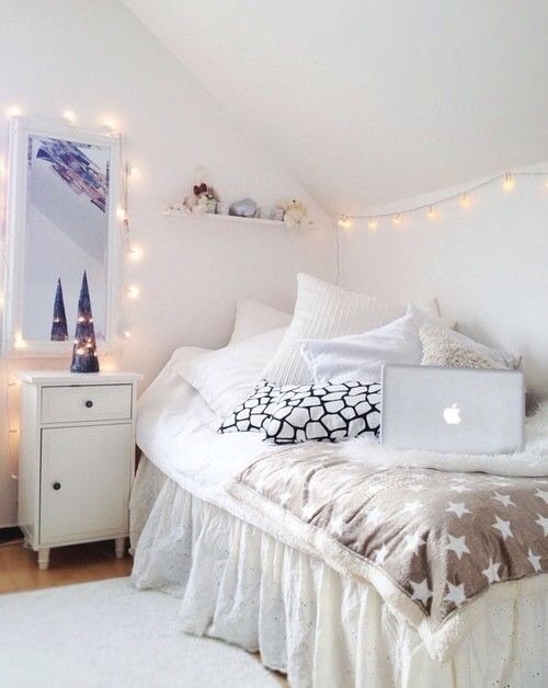 https://i.shelterness.com/2011/11/15-ideas-to-hang-christmas-lights-in-a-bedroom-22.jpg