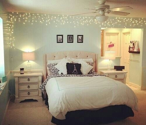 https://i.shelterness.com/2011/11/15-ideas-to-hang-christmas-lights-in-a-bedroom-5.jpg