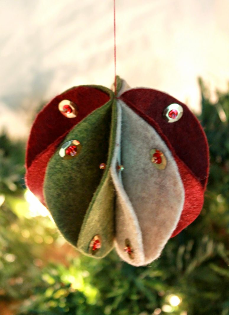 70 diy felt christmas tree ornaments shelterness the cool thing about this ornament is that you can create it as with thread as solutioingenieria Gallery