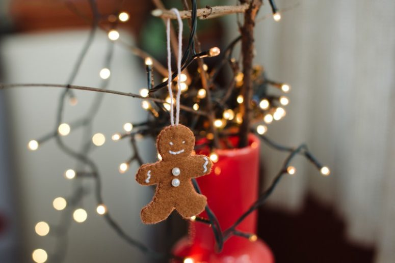 Delicious gingerbread looks nice hung in the Christmas tree. So does felt gingerbread. (via kittenhood.ro)