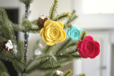 These adorable flower ornaments are perfect for tabletop trees. (via www.themagiconions.com)