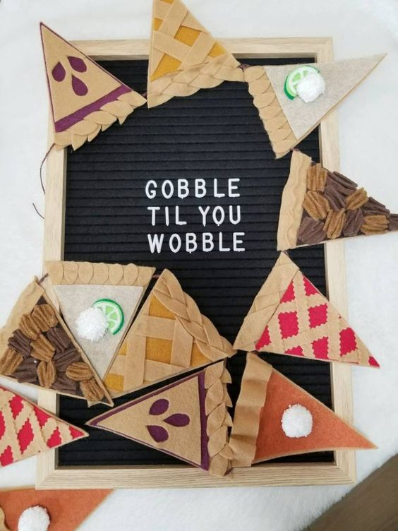 a cool bold Thanksgiving garland showing various types of Thanksgiving pies is awesome