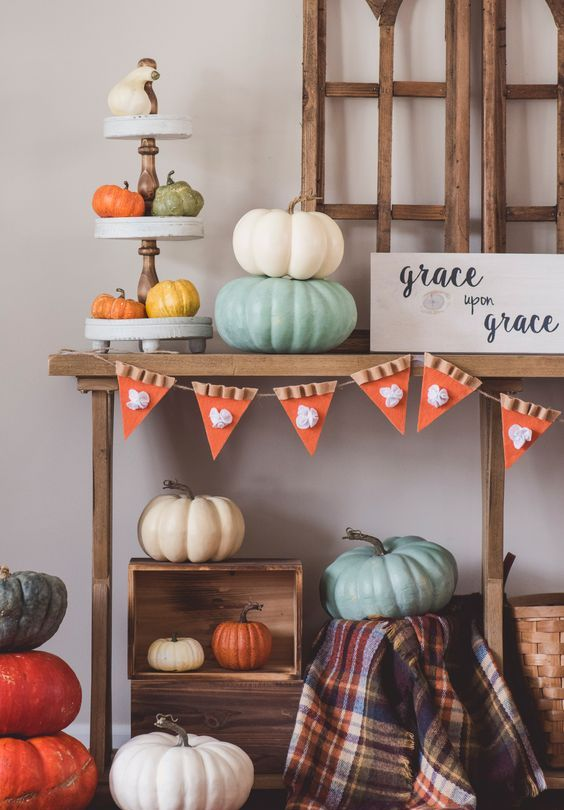 a pumpkin pie garland of felt is a very whimsy and quirky decor idea for Thanksgiving