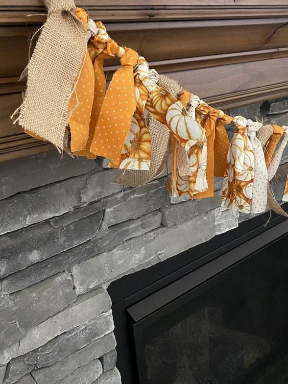 a simple ribbon garland of burlap, orange and pumpkin print pieces is very easy and fast to make, a cool last minute craft