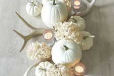 antlers, white pumpkins, and white hydrangeas for a refined and non-typical Thanksgiving centerpiece