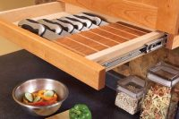 under cabinet knife storage is possible thanks to a pull-out drawer
