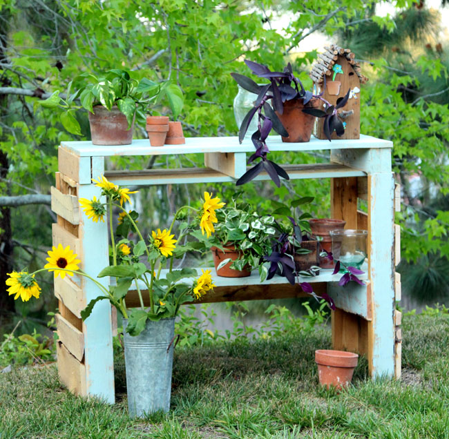 DIY potting bench made of two pallets (via apieceofrainbow)