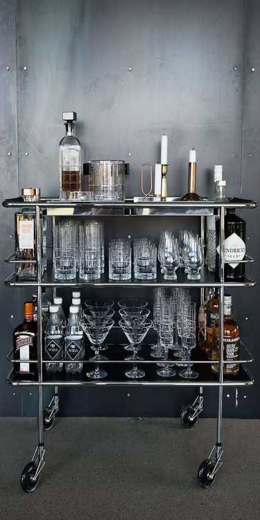 https://i.shelterness.com/2012/03/all-metal-movable-home-bar-solution.jpg