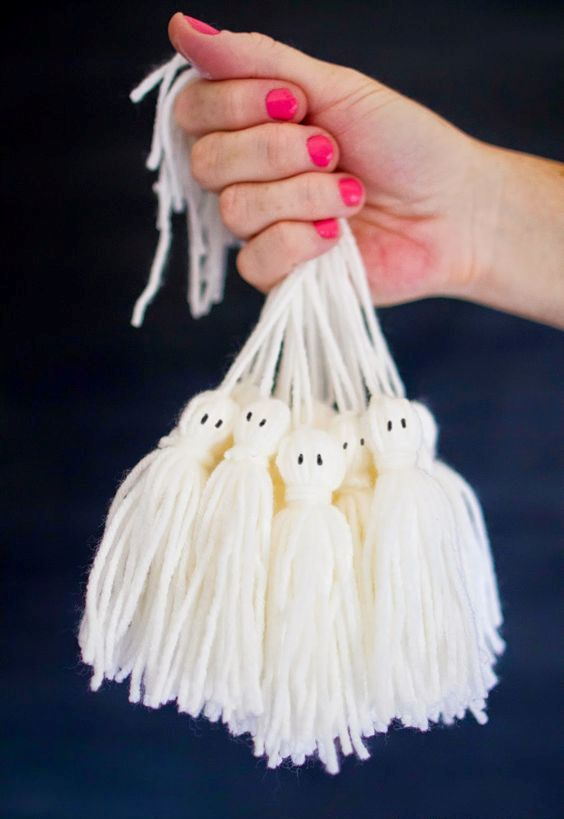 a fun bunch of tassel ghosts for kids' Halloween parties can be easily and fast made