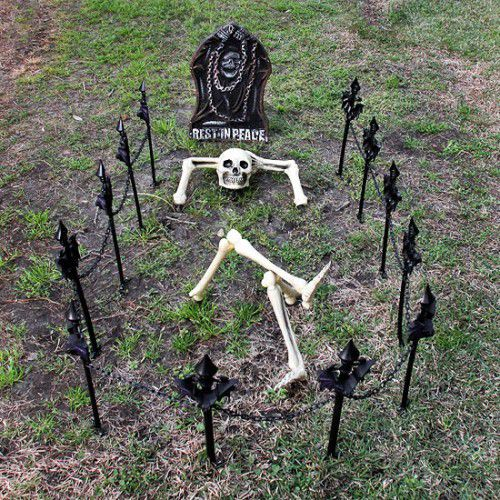 a grave with a skeleton is a fun idea to make your front or backyard special for Halloween