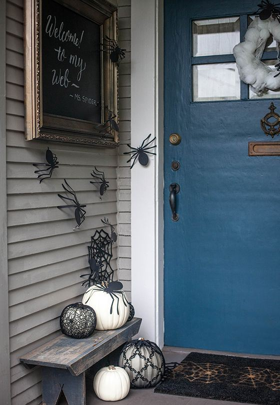 elegant black and white pumpkins, spiderwebs and spiders are ideal to make the space Halloween-like