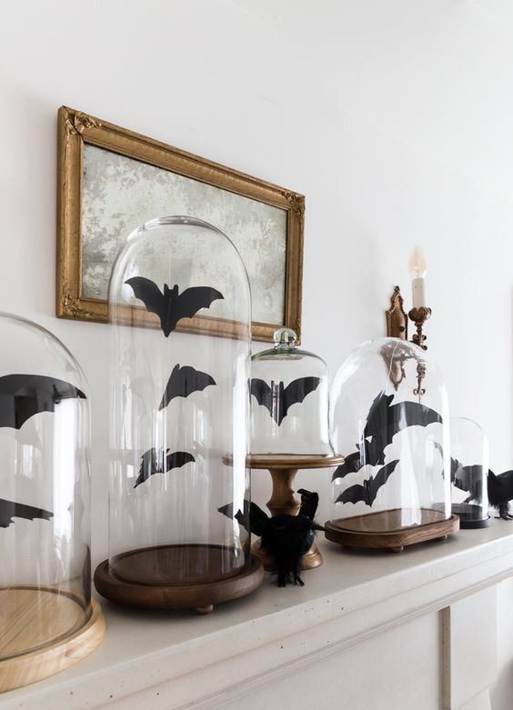 paper bats in cloches are nice and easy last-minute Halloween decoration, not only for a mantel