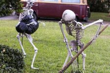 skeleton barrying a corpse look hilariosu and a bit scary, make such a combo for Halloween