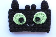 Cute Toothless cup cozy pattern for those who like How to Train Your Dragon