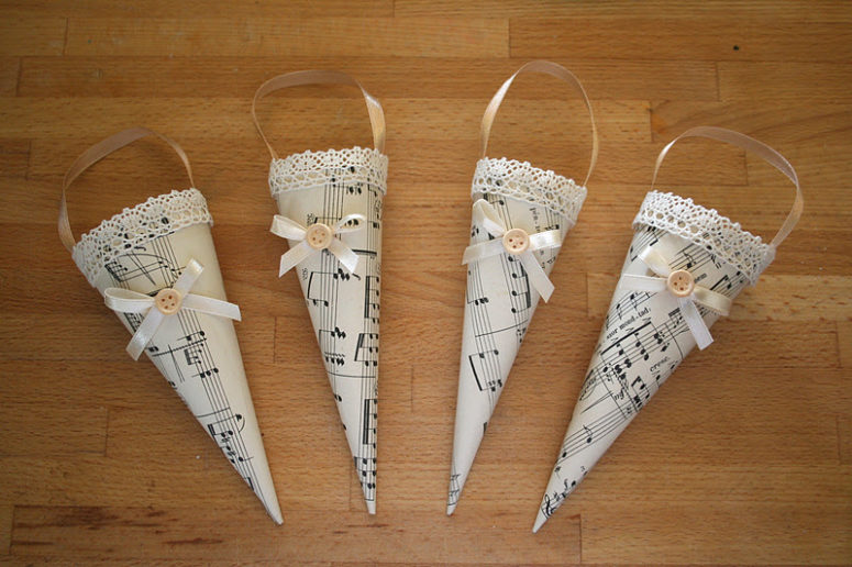 These old fashioned ornaments are decorated with lace tape and are perfect for those who love vintage decorations. (via kiflieslevendula.blogspot.ru)