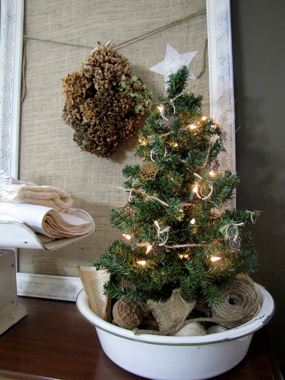 This is a super simple, vintage solution for a small tabletop tree. (via kinserhome.blogspot.ru)