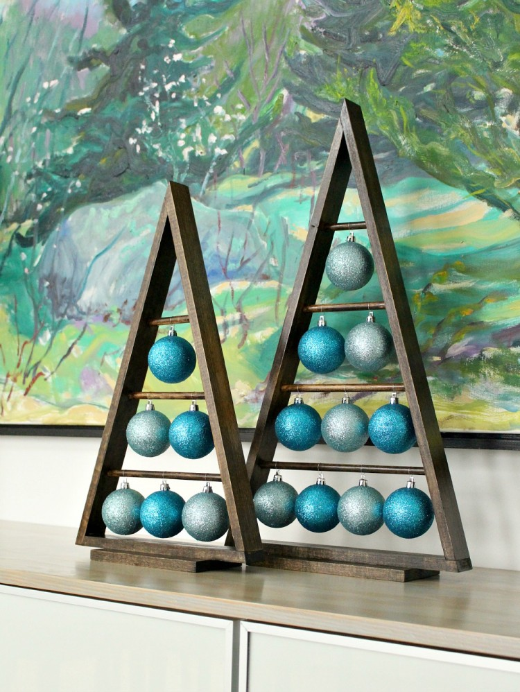 triangle ornament stand (via dans-le-townhouse)