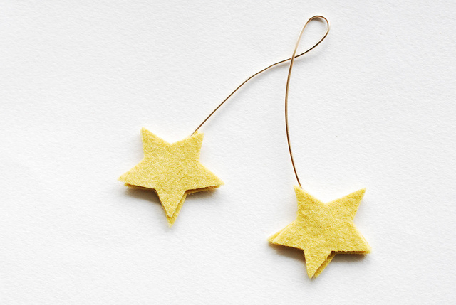 felt star gift topper (via wildolive)