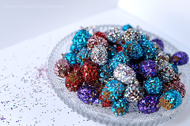 glitter pinecones (via journeycreativity)