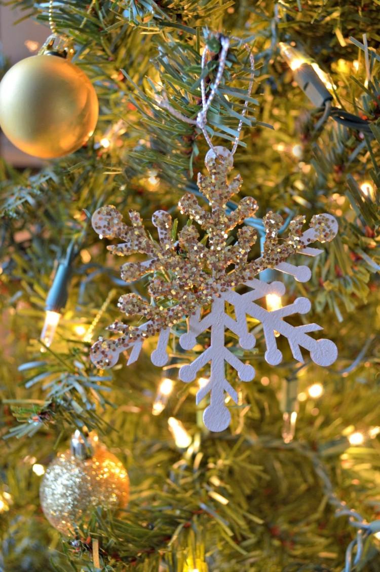 glitter dipped snowflakes (via thisdesignjournal)