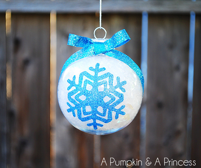 glitter snowflake ornament (via apumpkinandaprincess)