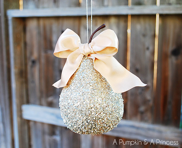 glitter pear ornament (via apumpkinandaprincess)