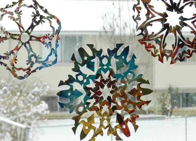 hoa tuyết dán trên cửa sổ