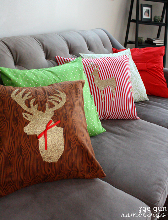 Christmas deer pillow  (via raegunramblings)