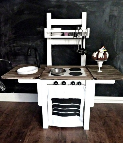 DIY play kitchen (via shelterness)