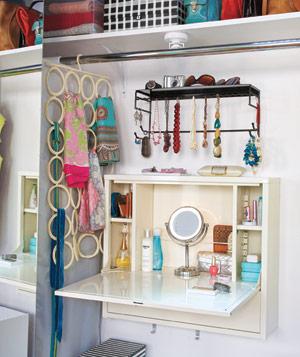DIY foldaway vanity (via shelterness)
