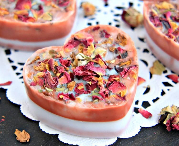 DIY rose petal soaps (via thebeauteblend)