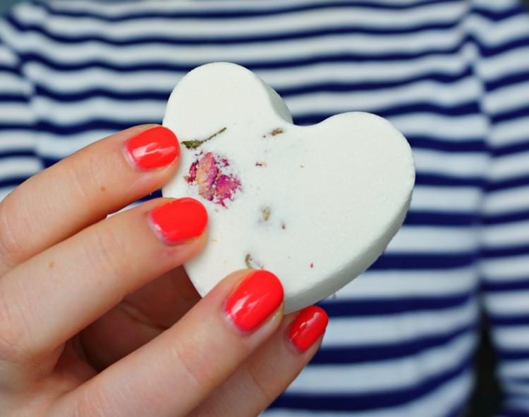 DIY rose petal bath bombs (via styleoholic)