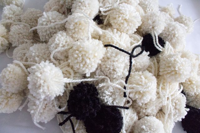 DIY Chic Pompom Rug To Feel Cozy In the Winter