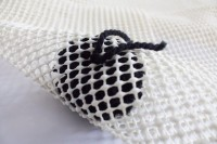 diy-chic-pompom-rugs-to-feel-cozy-in-the-winter-9