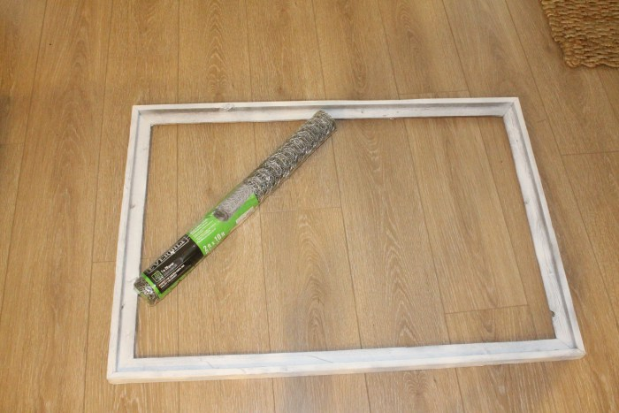 Easy DIY Chicken Wire Photo Display