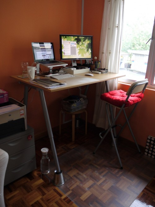 DIY standing desk (via shelterness)