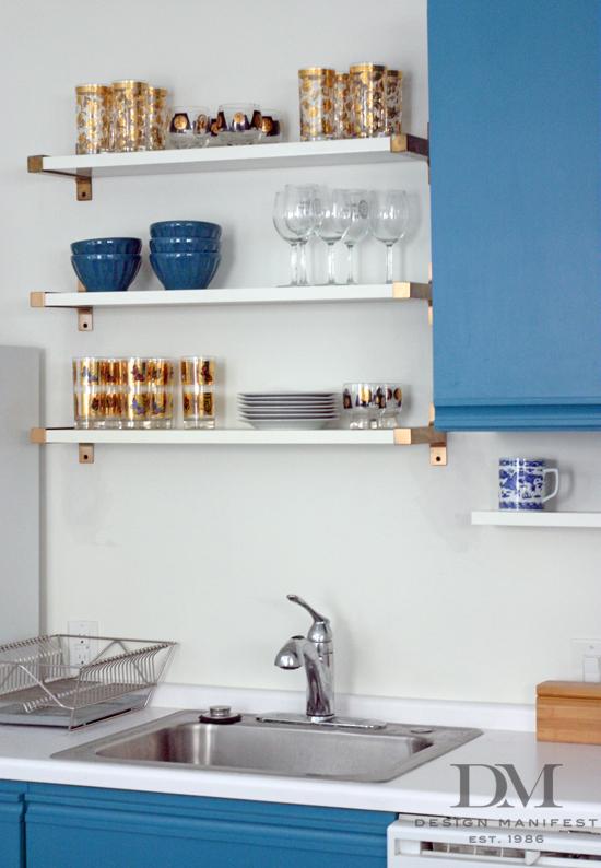 DIY open kitchen shelves (via designmanifest)